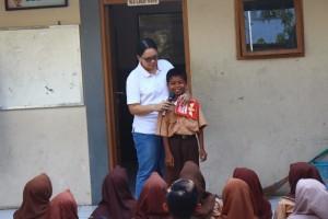 Pemberian Buku pada siswa teraktif