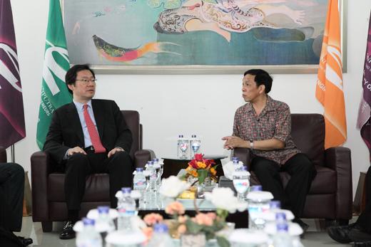 Mr. Jekuk (Dongseo University) dan Mr. Tony (Universitas Ciputra)