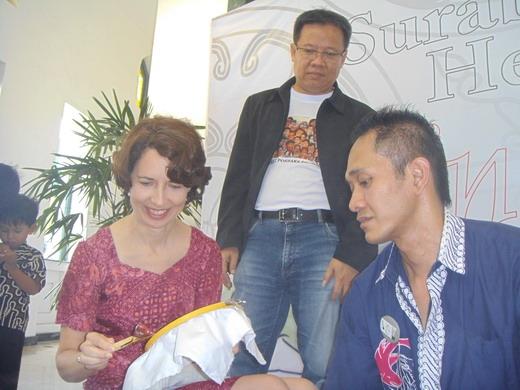 Freddy H Istanto (tengah) bersama seorang ekspatriat dan pembuat batik