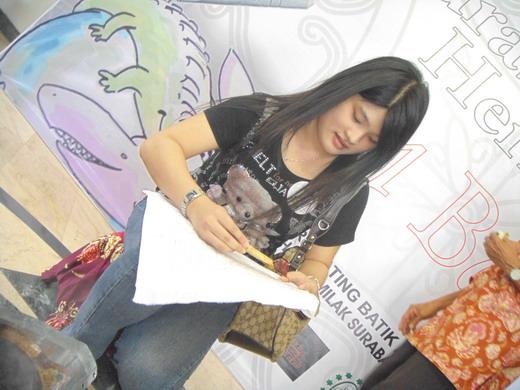 Felisia Lie, mahasiswi UC yang sedang membatik