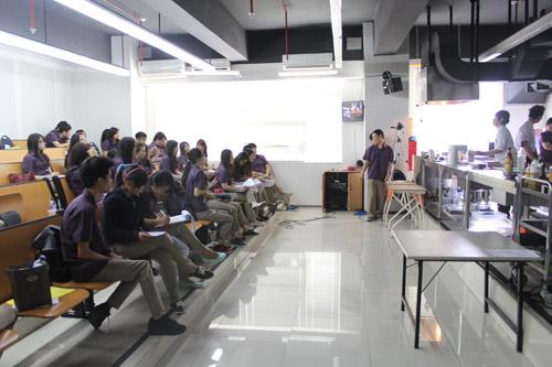 Culinary Business Universitas Ciputra sedang mendengarkan workshop yang diberikan oleh Chef Harry Budiharjo