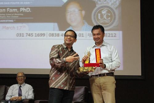 Pemberian Cindera Mata dari Universitas Ciputra untuk Dino Pati Djalal