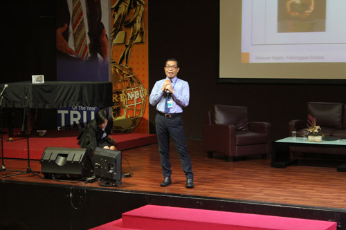 Pemimpin Sentra Kartu Kredit BNI usaha kecil sharing di Universitas Ciputra