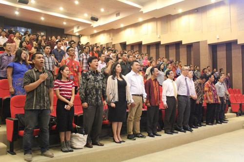 Seluruh Peserta Seminar menyanyikan lagu Indonesia Raya dan Hymne UC