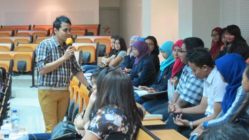 Glenn Rozanno sedang berinteraksi audience Universitas Ciputra