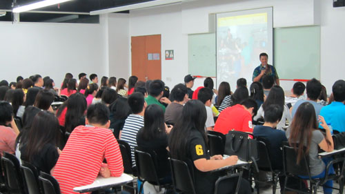 Mahasiswa Universitas Ciputra sedang mengikuti seminar dariHendy Setiono Kebab Turki