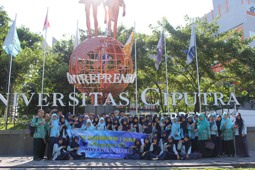 Foto bersama di patung Entrepreneurship Universitas Ciputra
