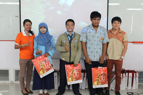Serah terima hadiah workshop cara berkomunikasi yang baik Universitas Ciputra