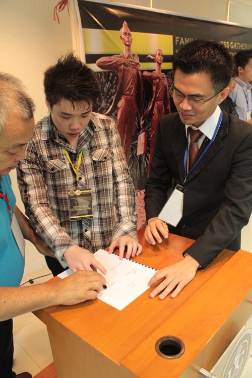 tanda tangan kontrak sebagai tanda persetujuan orang tua terhadap anak