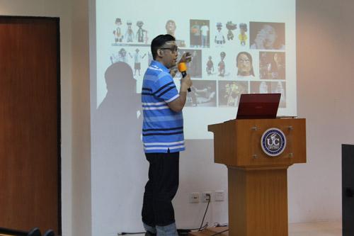 Eric Wijarnata memberikan sharing pengalaman membuat mainan Urban toys di Universitas Ciputra