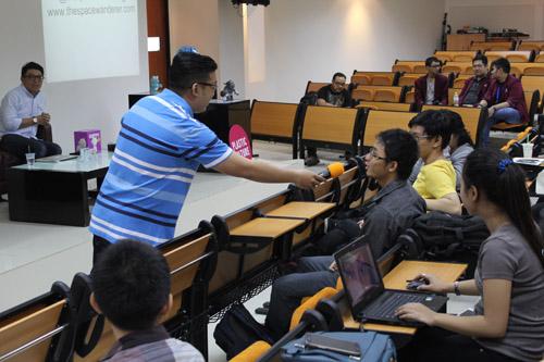 Eric Wijarnata sedang bertanya kepada mahasiswa UC VCD