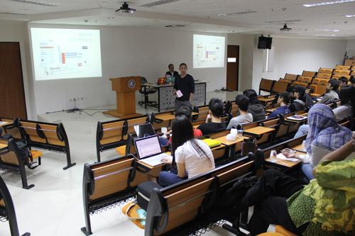 Ijo Wira memberikan seminar untuk anak VCD di UC