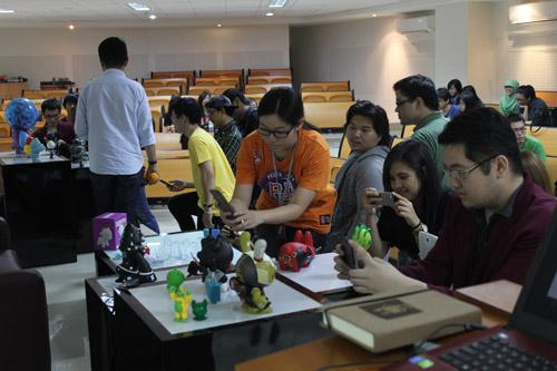 Mahasiswa VCD UC sedang melihat hasil karya Urban Toys