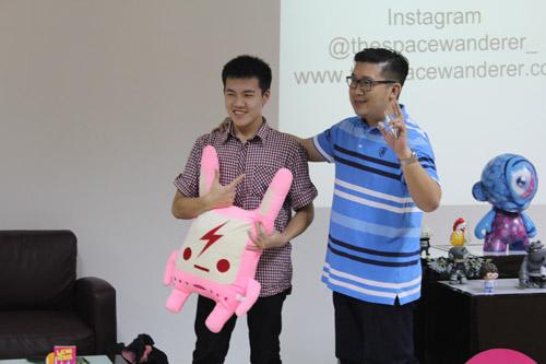 Pemberian hadiah hasil buatan Urban Toys kepada mahasiswa UC VCD