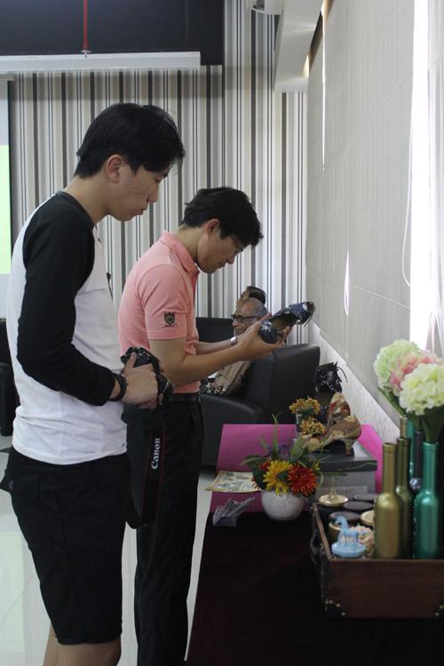 Mentor dan mahasiswa dari Dongseo University melihat hasil karya mahasiswa Universitas CIputra