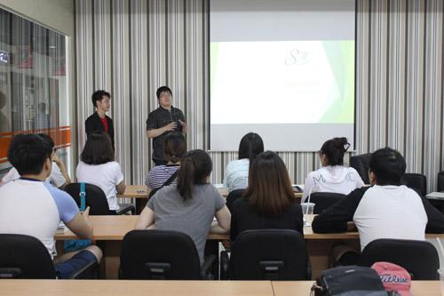 Shoes Master Mahasiswa UC presentasi bisnis mereka di depan mahasiswa:i Dongseo University