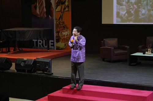Tanadi Santoso sedang memberikan wawasan baru tentang entrepreneurship di Universitas Ciputra kepada para orang tua mahasiswa baru 2014