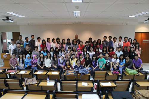foto bersama andrey fifo dengan alumni psychology UC dan peserta seminar